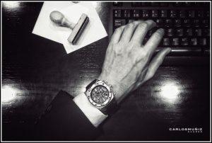 Mano con reloj sobre el teclado